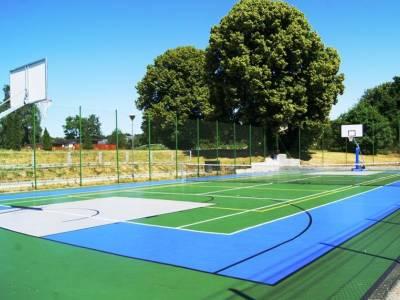 Kort do gry w tenisa i boisko do koszykówki