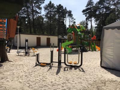 Plac zabaw na piasku nad morzem w Pogorzelicy