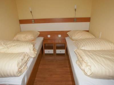 Dwa łóżka w pokoju