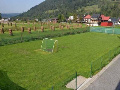 Trawiaste boisko do piłki nożnej w ośrodku Limba w Poroninie