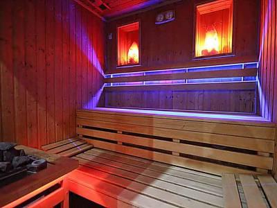 Sauna Sucha, drewniane ławki, niebieskie światła