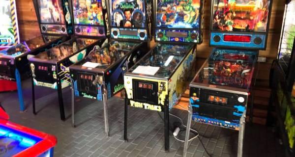 5 maszyn sławnej gry pinball stojące pod ścianą