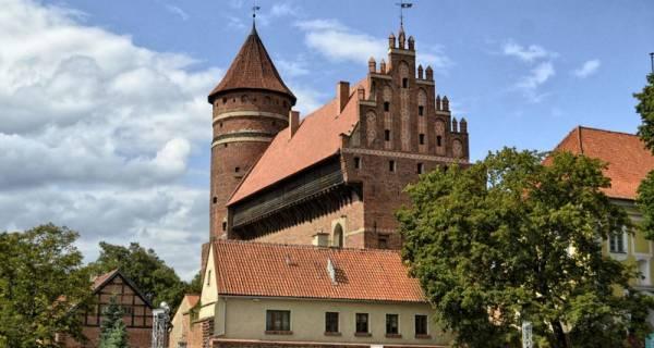 Zamek w Olsztynie, widok z boku, zamek ceglany z basztą