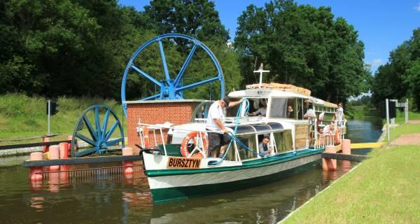 Statek płynący przez kanał Elbląski