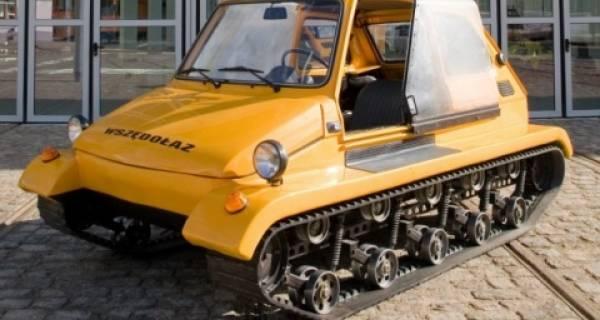 Pojazd przypominający żółtego malucha na gąsiennicach w Muzeum Techniki i Komunikacji w Szczecinie