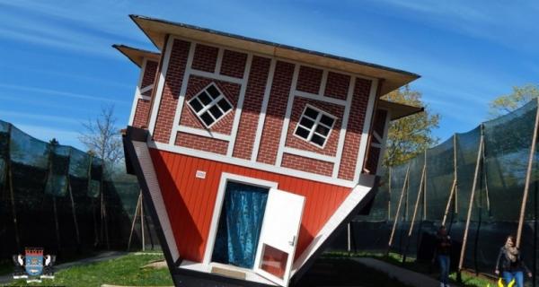 Czerwony domek odwrócony do góry podłogą