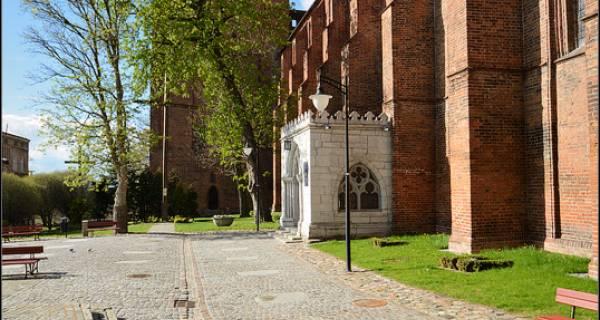 Widok na wieżę i kawałek placu Zamku w Kwidzynie