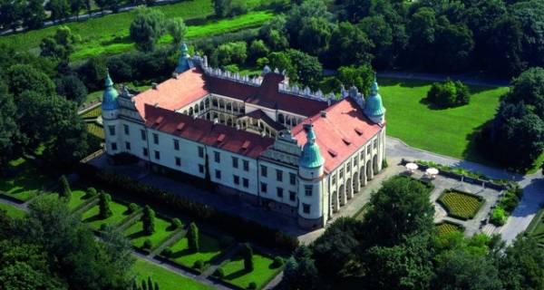 Widok z lotu ptaka na zamek w Baranowie Sandomierskim, zamek w kształcie prostokąta