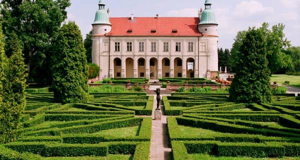 Widok na trawnik ogród i Zamek w Baranowie Sandomierskim od frontu