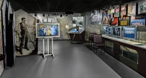 Gabloty, mapy i monitory ukazujące wnętrze muzeum historii żydów z odległości kilku metrów