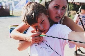 Wychowawca pomaga chłopakowi