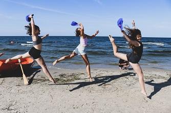 Skaczące Dziewczyny na plaży