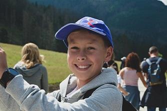 Wycieczka w górach i uśmiechnięty chłopiec